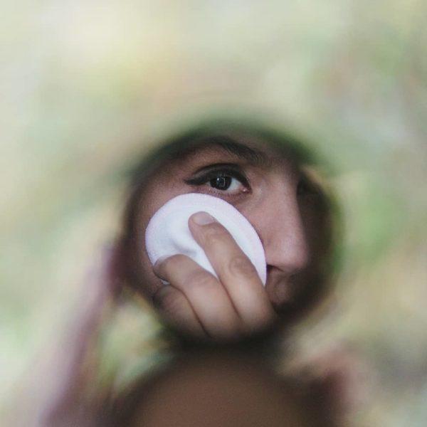 Foto einer Frau, welche die Abschminkpads benutzt