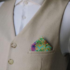 Foto eines Stofftaschentuchs, das in der Tasche einer Weste steckt