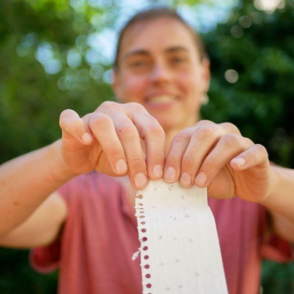 Foto einer Frau, die ein Kalenderblatt zerreisst
