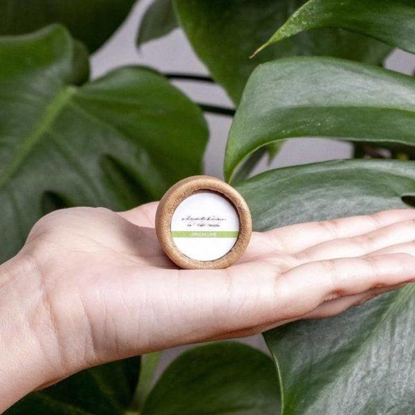 Bild einer Hand mit der Lippenpflege im Tiegel Limette