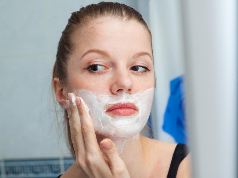 Entfernung der Gesichtshaare bei Frauen - Dermaplaning